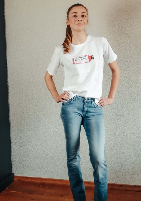 Model draagt wit t-shirt met de tekst love potion